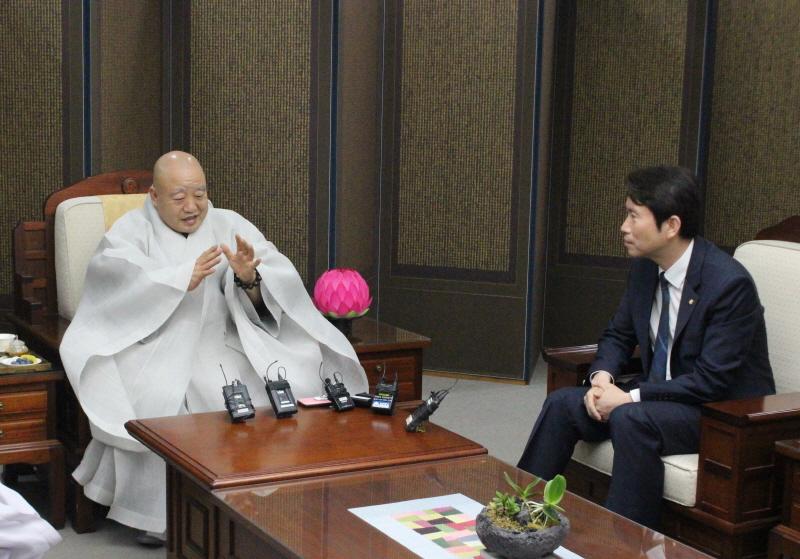총무원장 원행스님은 오늘(7월11일) 한국불교역사문화기념관 4층 접견실에서 더불어민주당 국회의원들 예방을 받고 이같이 말했다