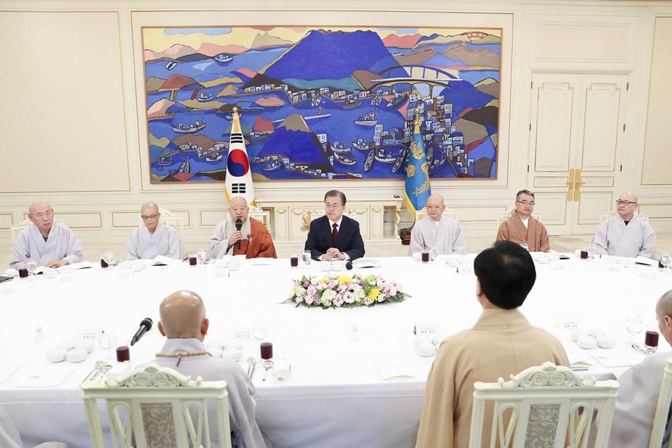총무원장 원행스님이 7월26일 청와대 초청으로 열린 불교 지도자 초청 간담회에 참석해 문 대통령과 오찬을 함께 했다. 인사말하는 총무원장 원행스님. 사진=청와대 제공.