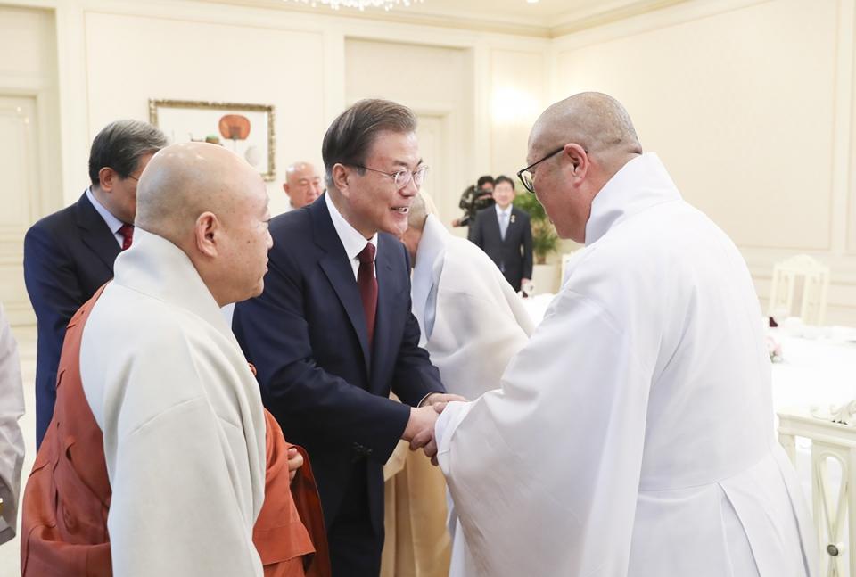 총무원장 원행스님이 7월26일 청와대 초청으로 열린 불교 지도자 초청 간담회에 참석해 문 대통령과 오찬을 함께 했다.