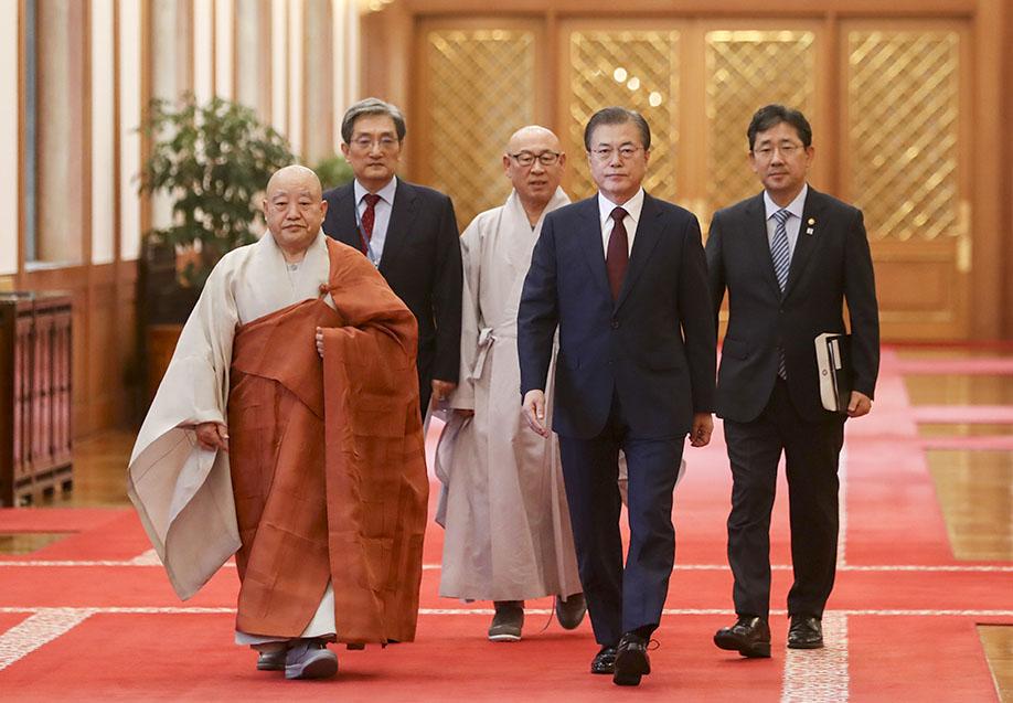 총무원장 원행스님이 7월26일 청와대 초청으로 열린 불교 지도자 초청 간담회에 참석해 문 대통령과 오찬을 함께 했다. 사진=청와대 제공.