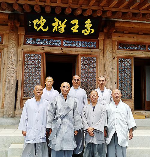 상왕선원은 한국불교 신앙과 수행 본산 오대산의 가풍을 잇는데 매진한다. 산중 스님들이 모두 모여 대중공양을 한 후 월정사 주지 정념스님과 수좌 스님들이 함께 했다.