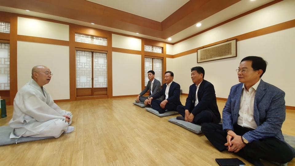 통도사 주지 현문스님에게 불교문화대축제에 대해 설명을 하고 있는 불교문화대축제 조직위원들.