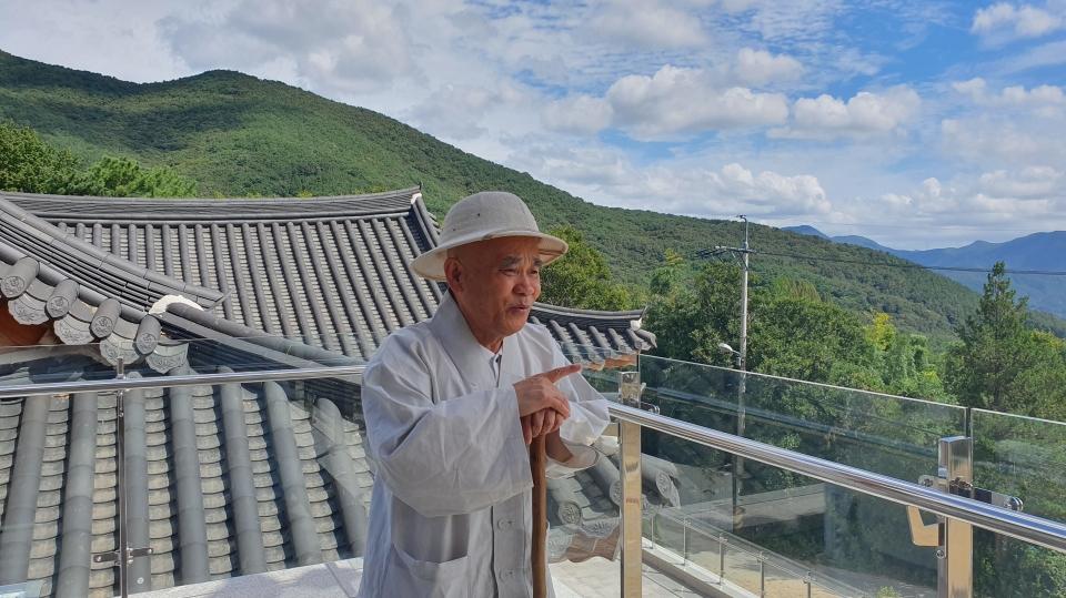범어사 선문화교육센터에 관해 설명하고 있는 범어사 주지 경선스님.