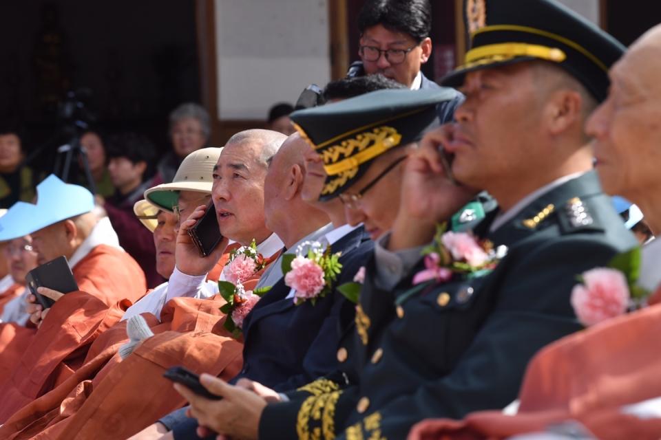 ARS 전화를 통한 백만원력 결집불사 후원에 동참하고 있는 은해사 주지 돈관스님을 비롯한 내빈들의 모습.