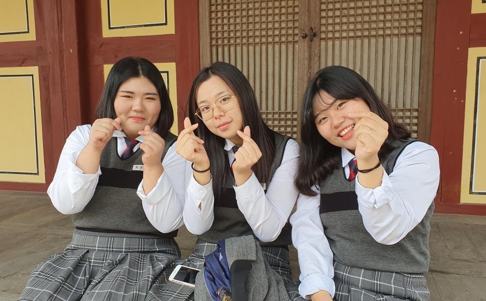 백만원력 결집불사에 함께한 선화여자고등학교 학생들의 모습. 자라나는 미래세대가 불사에 동참했다는 점에서 의미를 더한다. 사진 왼쪽부터 선화여고 2학년 여유정, 김지수, 황수진 학생.