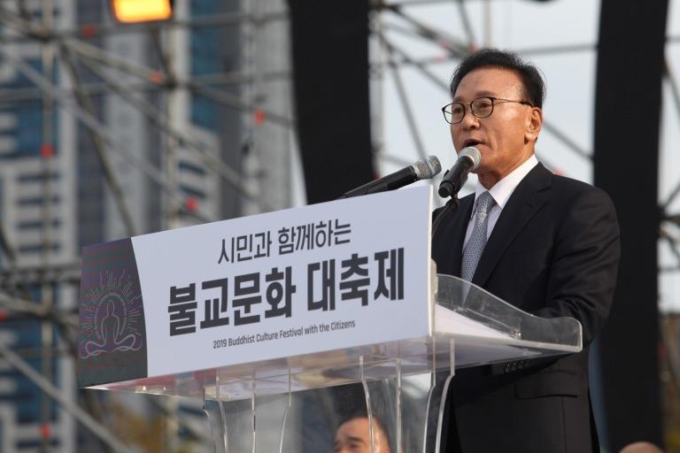 봉행사를 하고 있는 박수관 부산불교문화대축제 공동조직위원장.