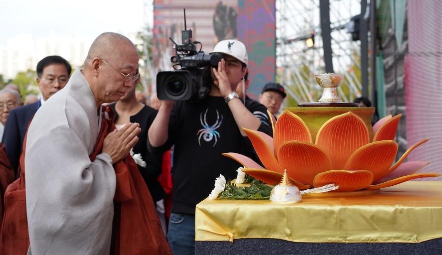 부처님치아 진신사리 헌화를 하고 있는 통도사 주지 현문스님.