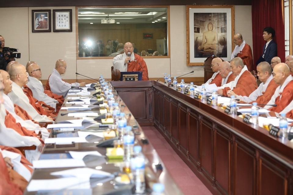 조계종 총무원이 10월23일 한국불교역사문화기념관 4층 회의실에서 불기 2563년 제2차 교구본사주지회의를 개최했다. 회의에 앞서 인사말하는 총무원장 원행스님.