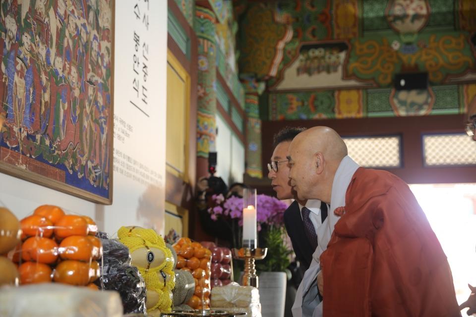 범어사 신중도를 친견하고 있는 범어사 주지 경선스님과 박수관 부산불교총연합신도회장.