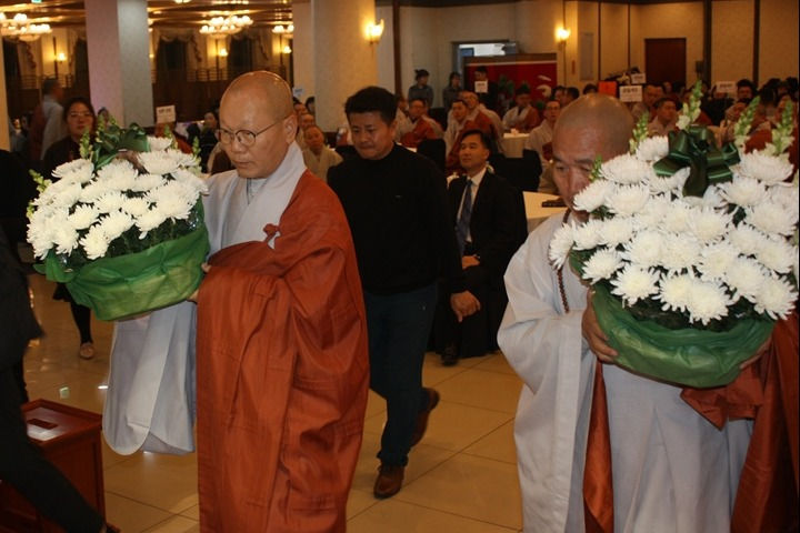 부처님께 헌화를 하고 있는 포교원장 지홍스님과 군종교구장 선묵스님.