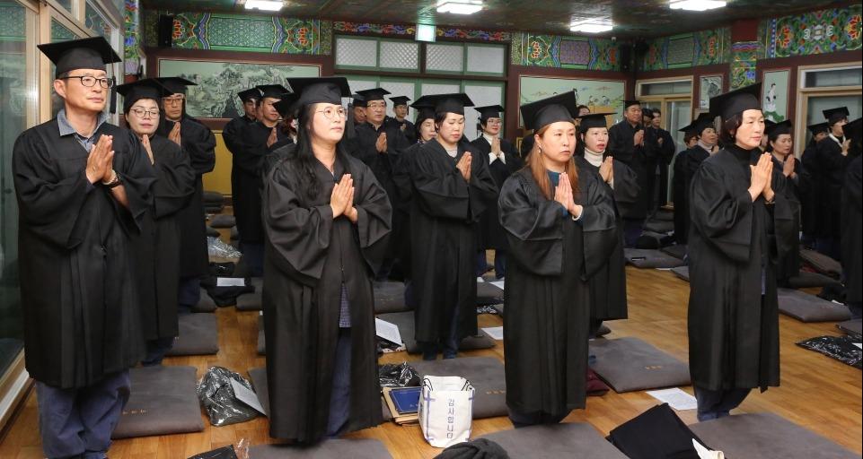 마곡사불교대학은 12월3일 마곡사불교회관에서 불교대학과 경전반 졸업식을 봉행했다.