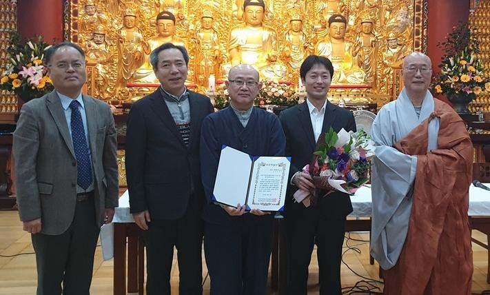 제2회 퇴옹학술상 수상자들이 백련불교문화재단 이사장 원택스님(오른쪽 끝)과 기념촬영을 했다.