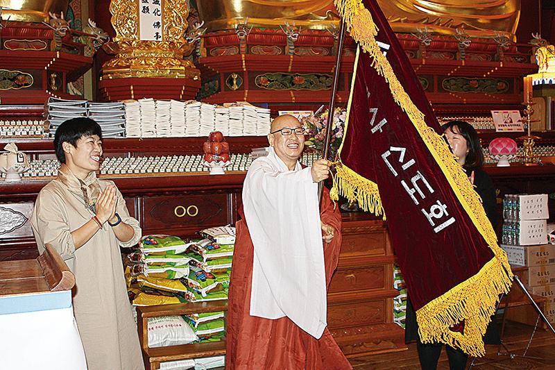 조계사청년회장 이취임식 행사에서 주지 지현스님과 함께한 김경순 회장.