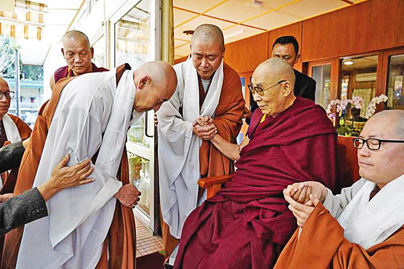 해인사승가대학은 해외성지순례와 이웃종교탐방을 통해 신심을 고취하고 국제감각을 지닌 수행자를 양성하고 있다. 인도 다람살라에서 달라이라마를 친견하는 모습.