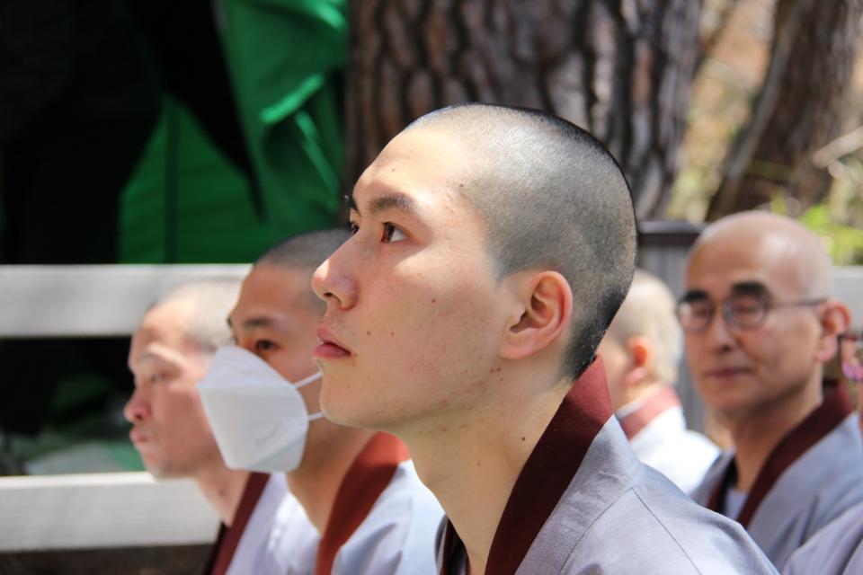 해인총림 해인사승가대에서 강의를 듣고 있는 학인스님 모습.