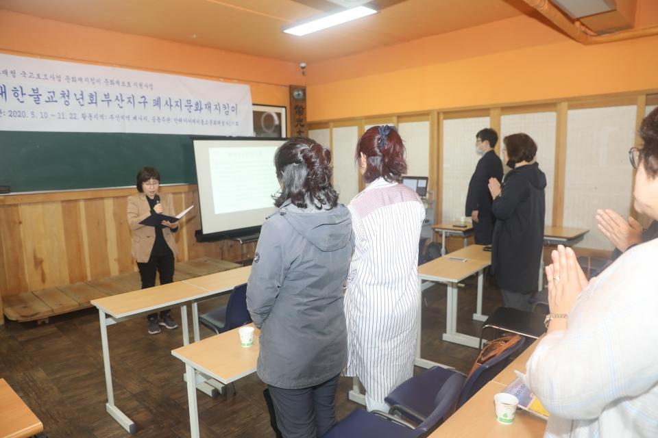 문화유산헌장을 낭독하고 있는 폐사지 문화재지킴이단.