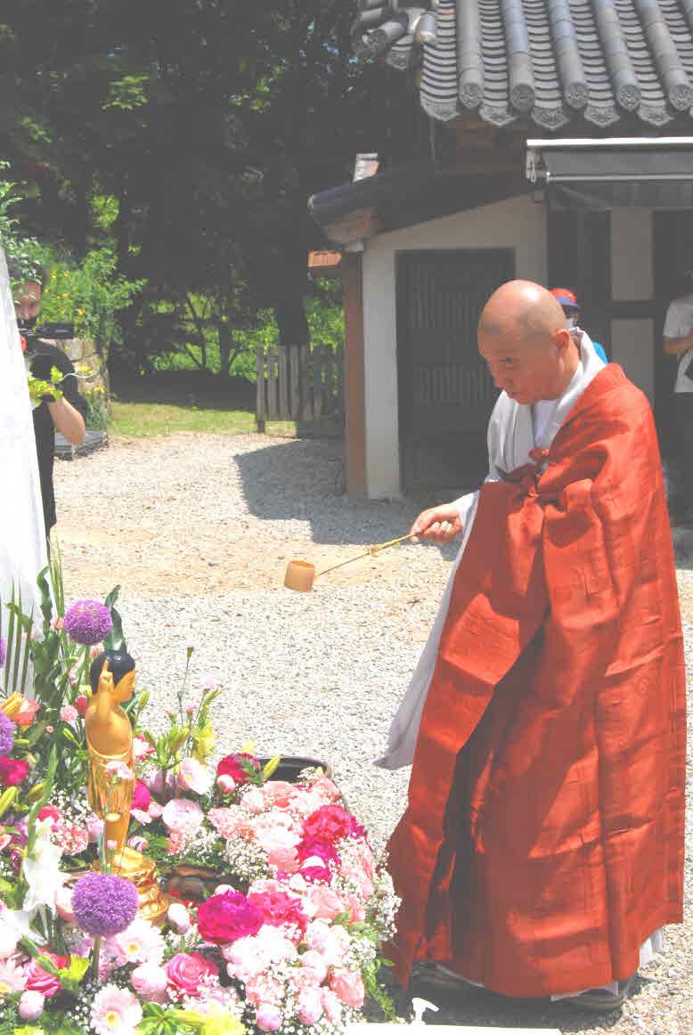 부처님오신날을 축하하는 관욕의식을 하고 있는 칠장사 주지 지강스님.