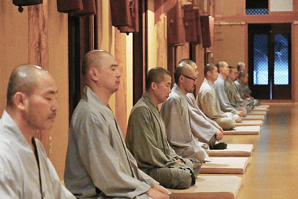 용맹정진 중인 스님들의 모습.