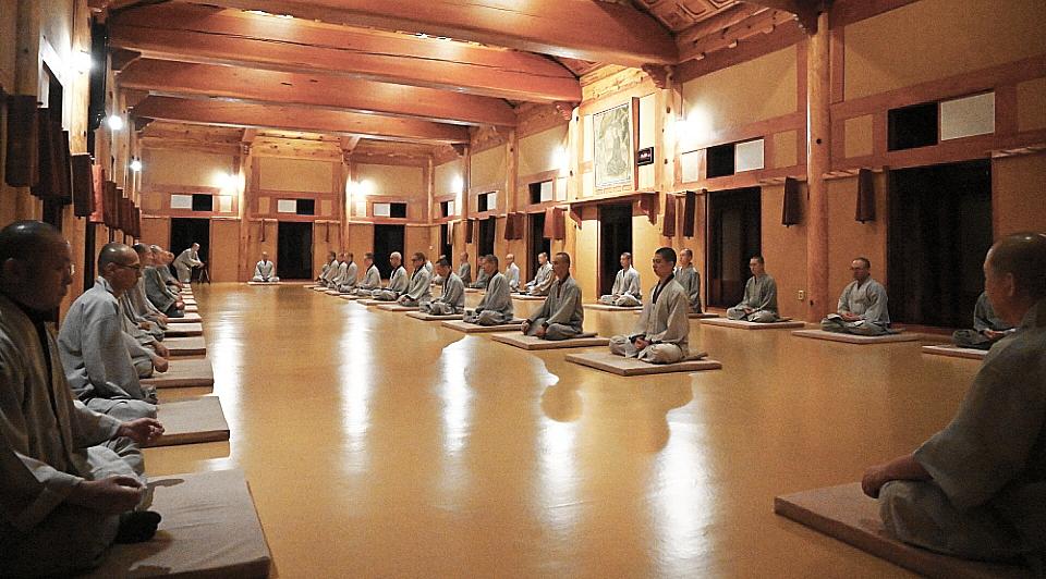 하안거 결제를 앞두고 마지막 1주일 간 용맹정진을 펼치는 해인총림 소림선원 스님들의 모습.