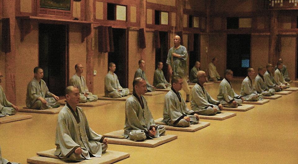 시간의 흐름에도 흐트러짐 없이 정진하는 스님들의 모습.