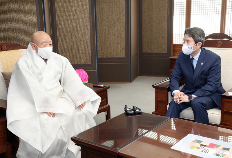 총무원장 원행스님(왼쪽)은 이인영 통일부 장관의 예방을 받고, 경색된 남북관계를 회복을 위한 환담을 나눴다.