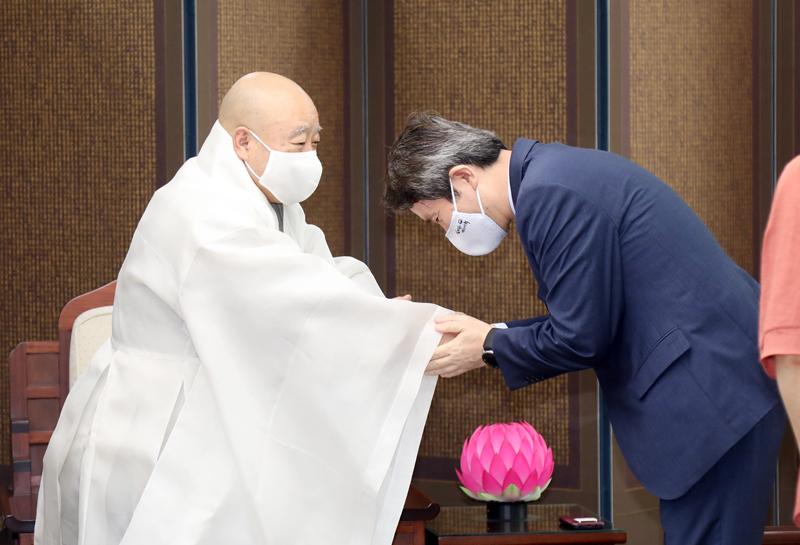 총무원장 원행스님(왼쪽)은 이인영 통일부 장관의 예방을 받고 환담을 나눴다. 인사를 나누는 총무원장 원행스님과 이인영 장관의 모습.