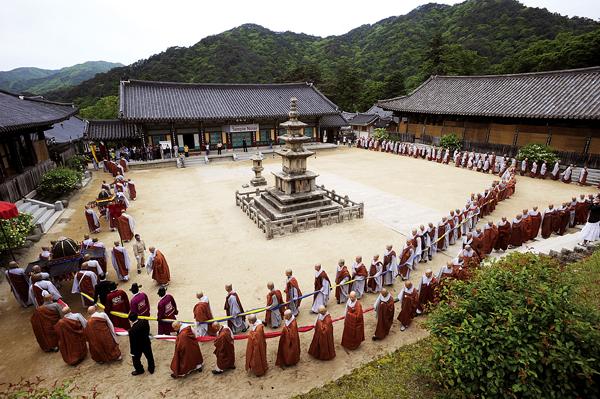 해인총림 해인사는 승려복지규정에 따라 11월부터 재적 스님 15명에게 방사를 제공하기로 했다. 사진은 해인사와 스님들 모습. 불교신문