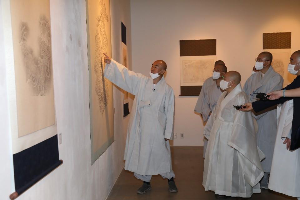 총무원장 원행스님은 백년대계본부 사무총장 일감스님의 알타이 고대 암각화 탁본전도 둘러봤다.