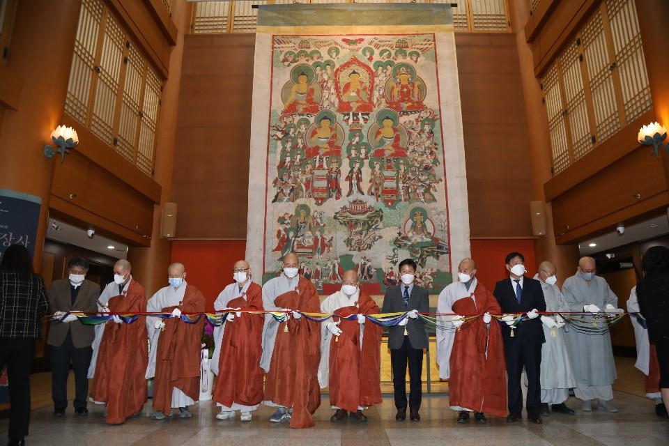 11월4일 한국불교역사문화기념관 1층 로비에서 열린 불교중앙박물관 특별전에서 주요 내빈들이 테이프커팅을 하고 있다.