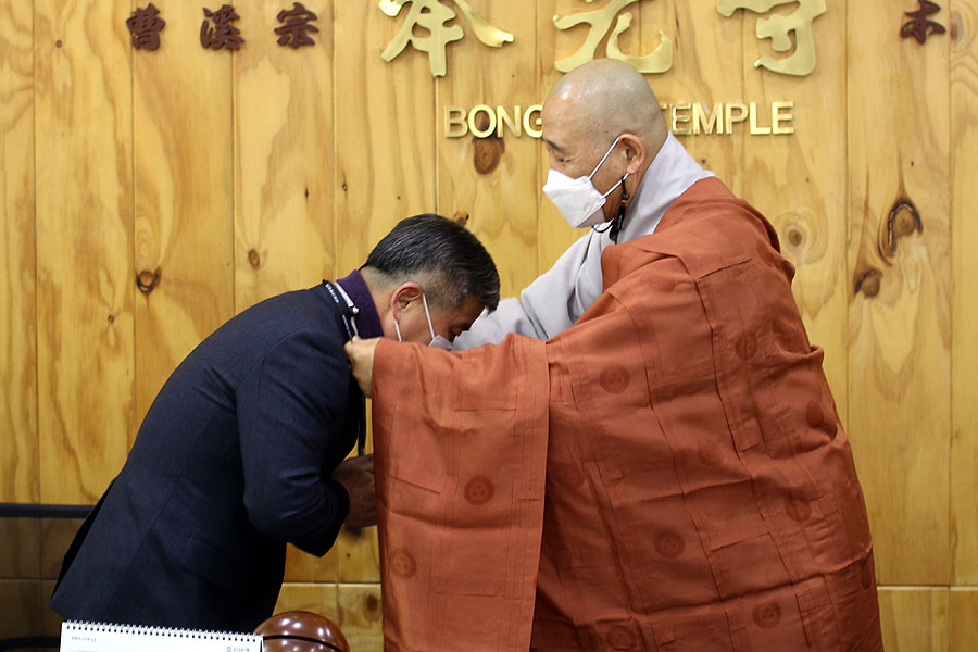불교신문사 사장 정호스님이 교구전문기자에게 기자증을 전하고 있다.