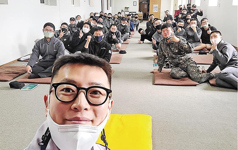 언제 어디서든 군장병들과 함께하며 전법 포교에 매진하고 있는 강재 김형우 법사의 모습.