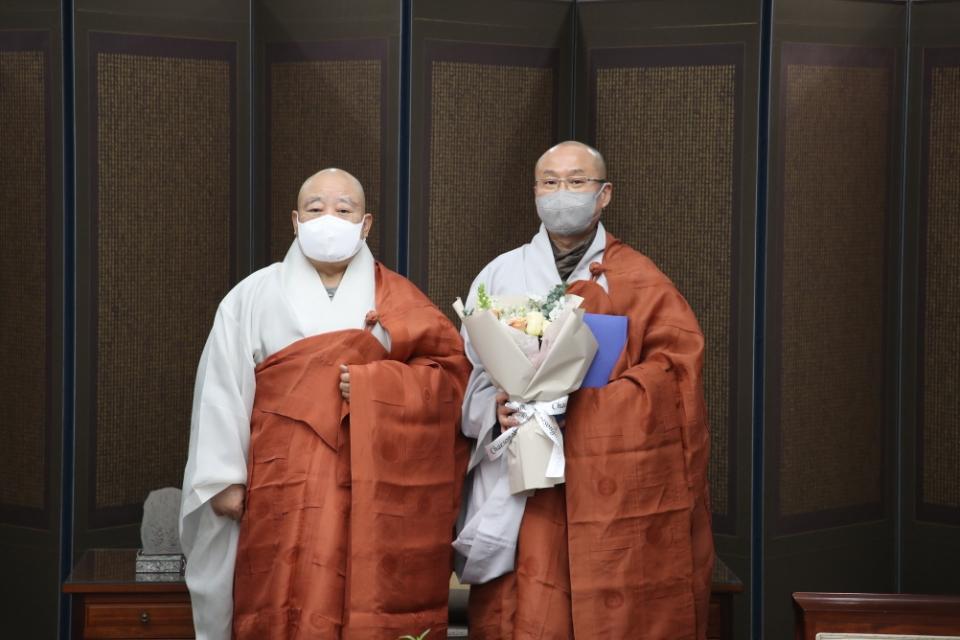 조계종 총무원장 원행스님이 새해 첫 인사를 단행했다. 신임 백년대계본부 사무총장 신공스님(오른쪽)에게 임명장 전달 이후 기념사진 촬영 모습.