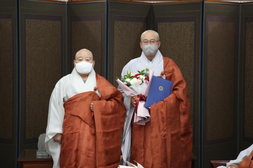 총무원장 원행스님이 신임 민족공동체추진본부 사무총장 지상스님(오른쪽)에게 임명장을 전달한 뒤 기념사진을 찍는 모습.