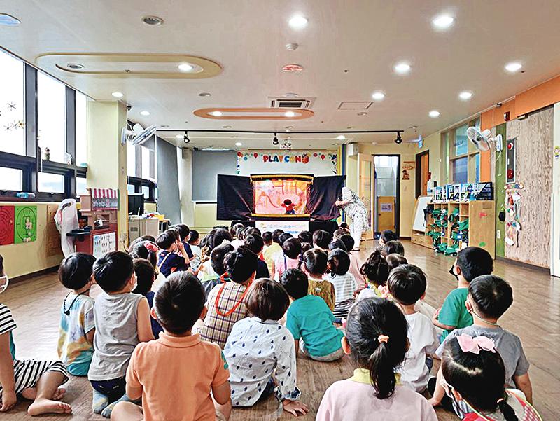 경기남양주아동보호전문기관이 어린이들을 대상으로 아동학대 예방교육을 하는 모습.