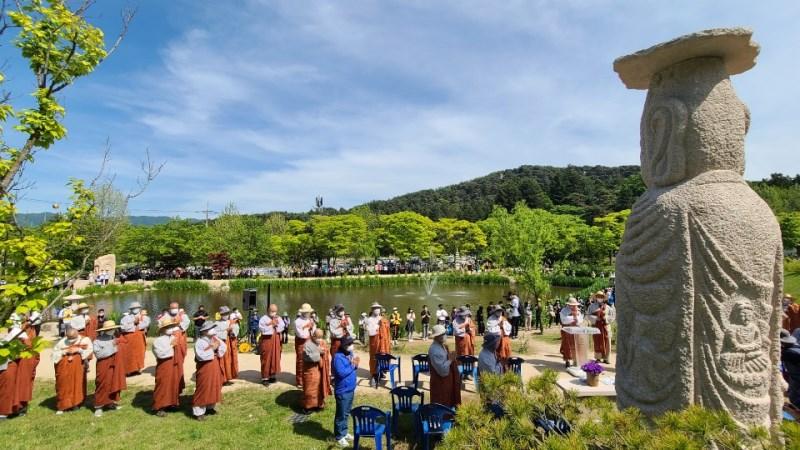 봉선사 연지 앞 미륵부처님 앞에서 자비순례 회향축원이 봉행됐다.