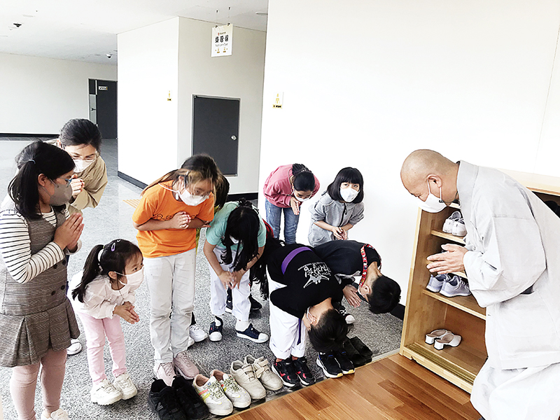 선운교육문화회관은 제24교구본사 선운사가 대중과 보다 가까이 다가간 현장이다. 관장 법만스님이 공동육아나눔터 돌보미 아이들과 인사를 나누고 있다. 불교, 스님에 대해 알지 못했던 아이들은 스님을 만나도 스스럼없이 장난끼가 발동하곤 한다.