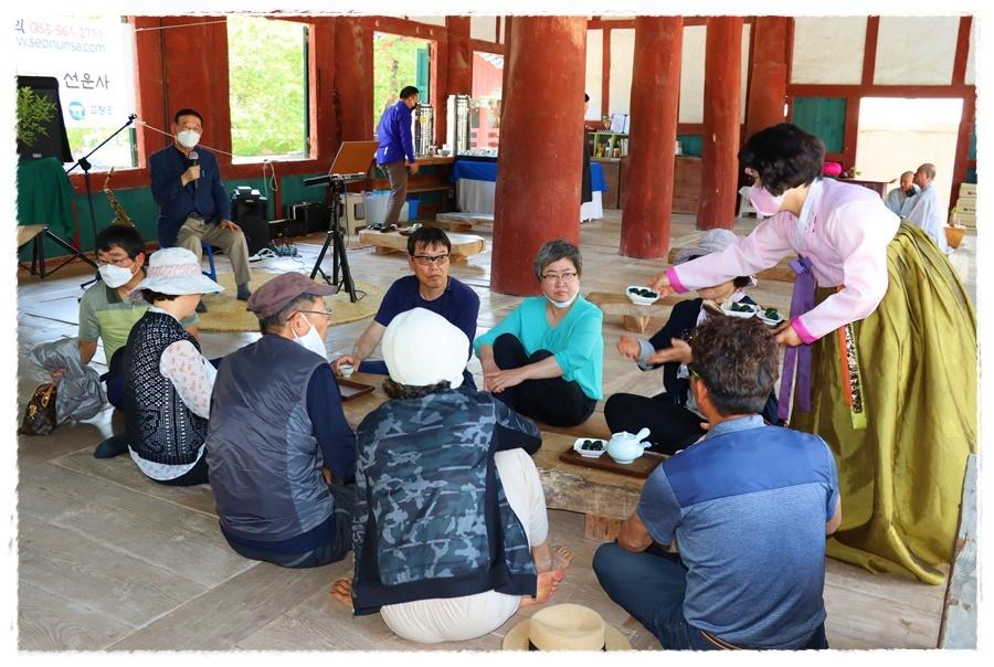 선운사는 매년 여름철 만세루에서 토요일 일요일마다 선운다회 회원들의 봉사로 관람객들에게 차를 대접하고 있다.